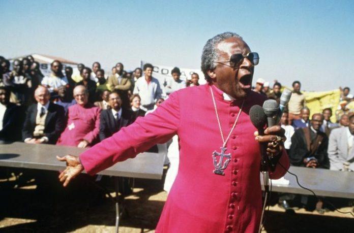 Desmond Tutu lors des funérailles de jeunes militants anti-apartheid tués par l'explosion de grenades artisanales le 10 juillet 1985, près de Johannesburg. afp.com - GIDEON MENDEL