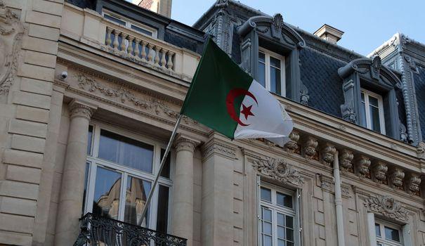 Le drapeau algérien flotte sur la façade de l'ambassade d'Algérie à Paris, le 23 juillet 2021 afp.com - Joël SAGET