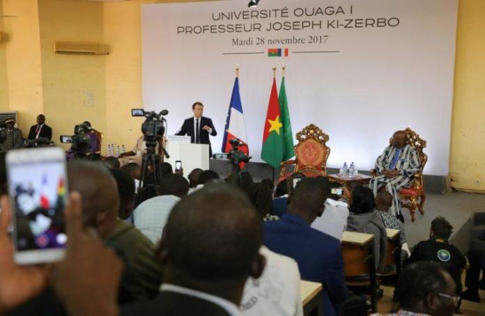Le président français Emmanuel Macron (G) s'exprime devant son homologue burkinabè Roch Marc Christian Kabore (D) le 28 novembre 2017 à l'université de Ouagadougou afp.com - ludovic MARIN